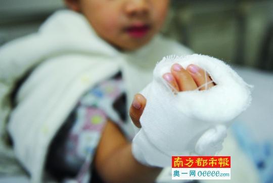 手部缝针后,孩子的手被纱布包裹着。南都记者 叶志文 摄   3岁8个月的孩子在幼儿园念小班,手被割伤。当家长提出要查看监控视频时,却被告知坏了。涉事的华凯幼儿园相关负责人表示,幼儿园方面确实负有责任,不管是否立案,都会承担相应责任。东区文体教育局则表示,该案件已由警方调查,待调查结果出来,会给一个书面答复。   事发:孩子在幼儿园手受伤   昨天中午,在市中医院住院部骨二科三区,记者见到了受伤孩子小轩(化名),还有其爸爸欧阳先生,以及妈妈陈小姐。小轩的右手手掌用白纱布包着。陈小姐说,1月4日下午4点
